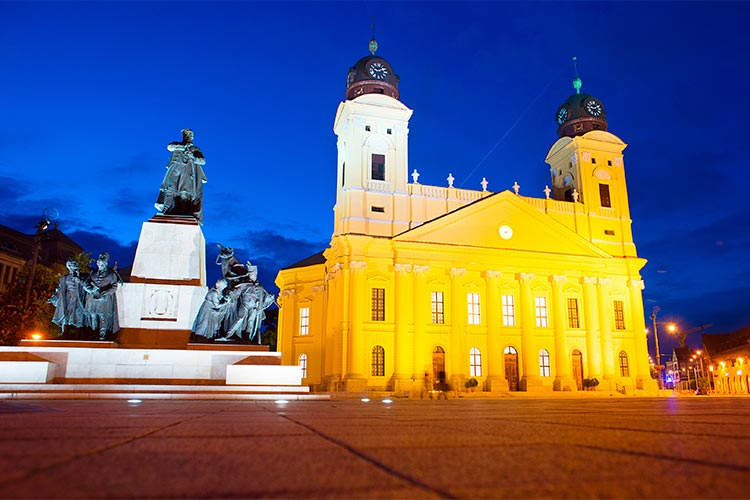 The Reformed Great Church and statue of Lajos Kossuth. Debrecen, Hungary